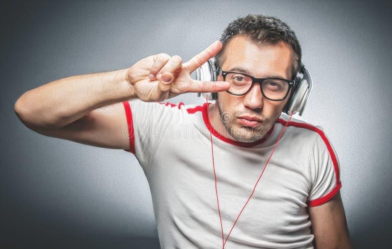 Facet cieszy się w muzyce obraz stock