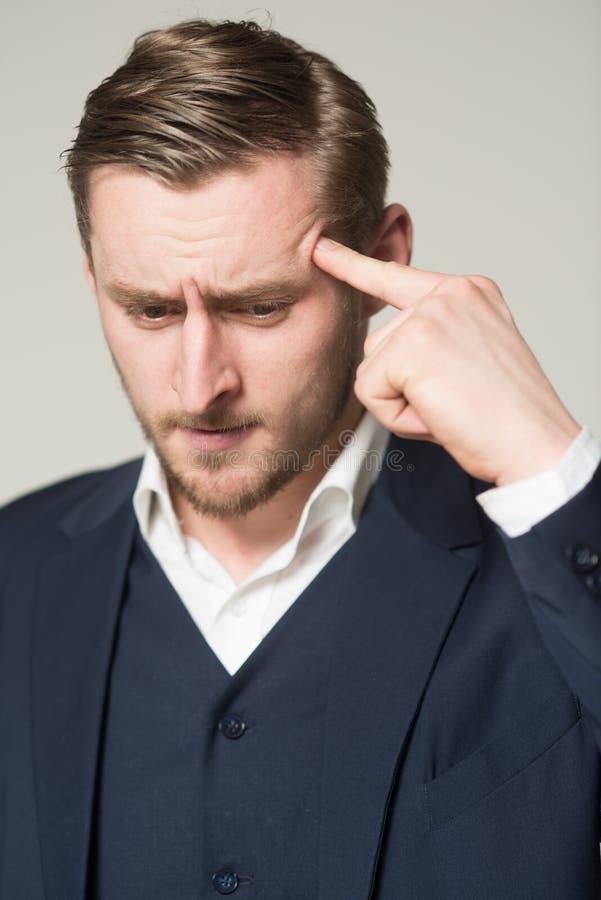 Facet czuje okropnego ponieważ zapominał znacząco znaczącą datę Mężczyzna cierpienia twarzy migreny bólowy próbować pamiętać zdjęcia stock