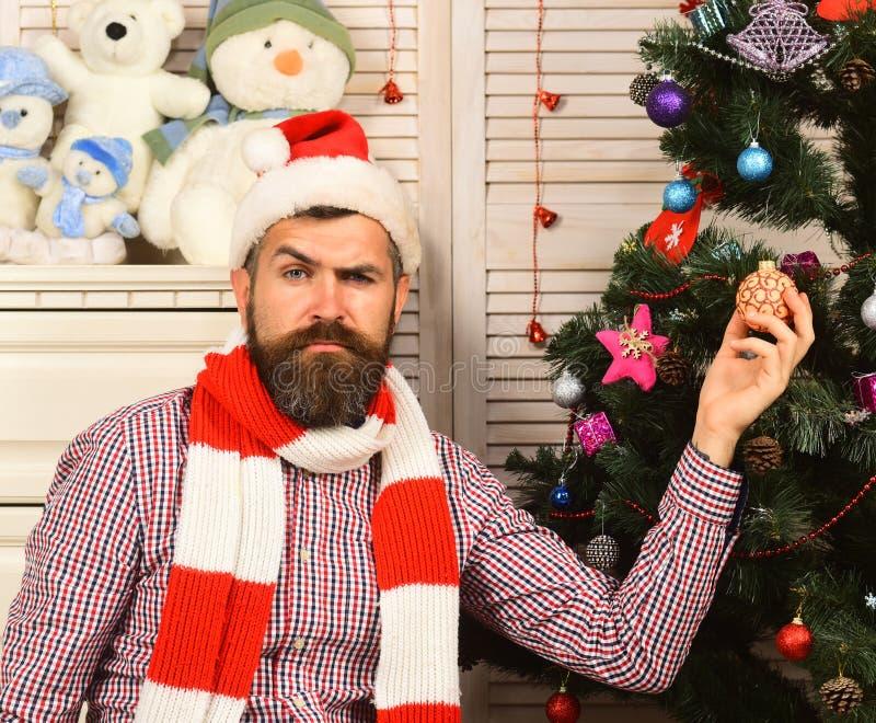 Facet dekoruje choinki Mężczyzna z brodą w w kratkę koszula obraz stock
