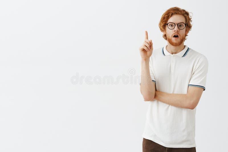 Facet fiinally rozwiązana tajemnica Zadziwiałem mądrze i kreatywnie z podnieceniem rudzielec mężczyzna z brody dźwigania palcem w obraz royalty free