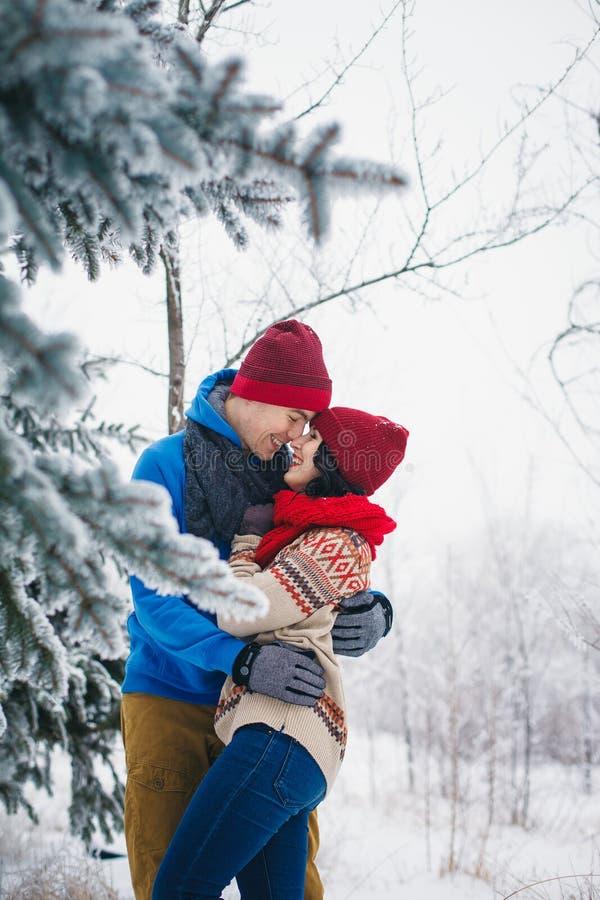 Facet i dziewczyna chodzimy zabawę i w lesie fotografia royalty free