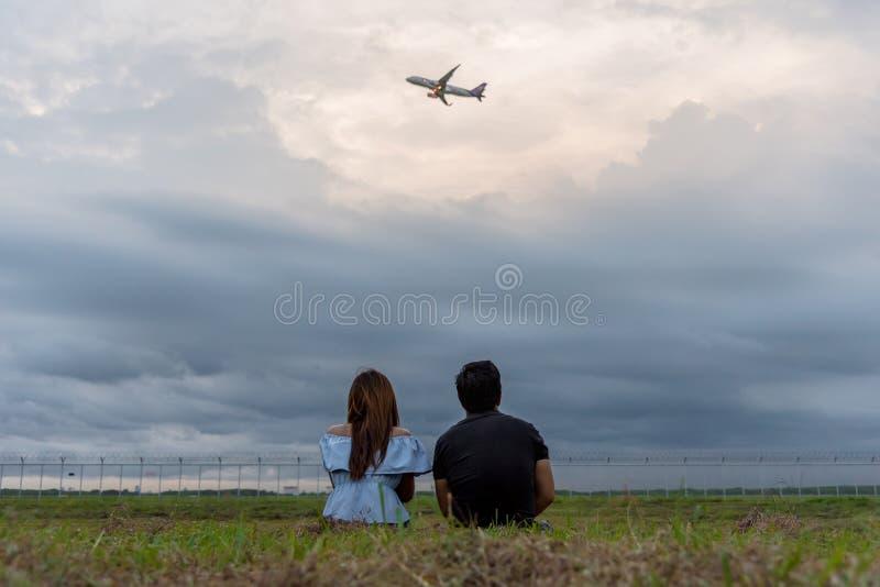 Facet i dziewczyna cieszymy się dla patrzeć samolot od zielonego Garde zdjęcia stock