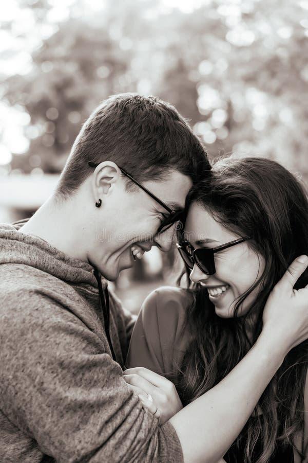 Facet i dziewczyna jesteśmy naprzeciw each inny fotografia royalty free