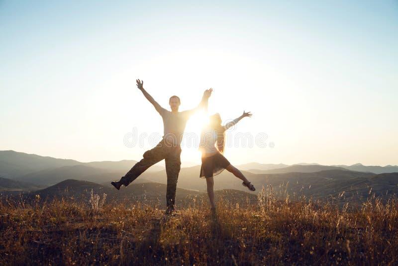Facet i dziewczyna na górze góry fotografia royalty free