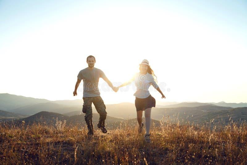Facet i dziewczyna na górze góry fotografia stock