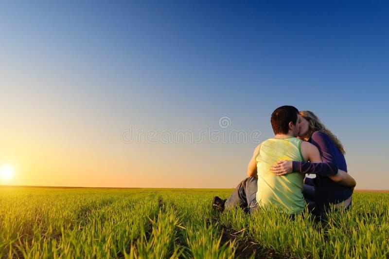Facet i dziewczyna w polu obrazy stock