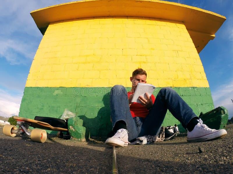 Facet jest odpoczynkowy i robić rejestrowi w jego dzienniczku, zdjęcie royalty free