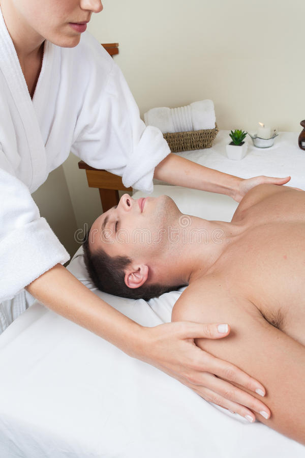 Facet kłaść dostawanie masaż zdjęcie stock