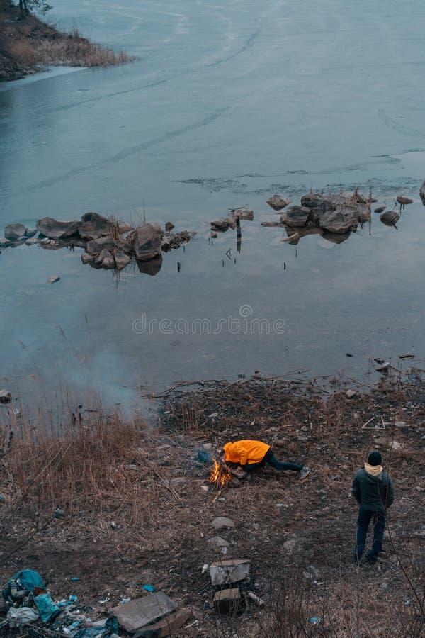Facet na jeziorze robi ogieniowi zdjęcie stock