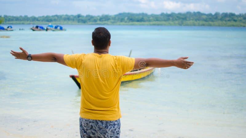 Facet na plaży z jego rękami otwiera obrazy royalty free