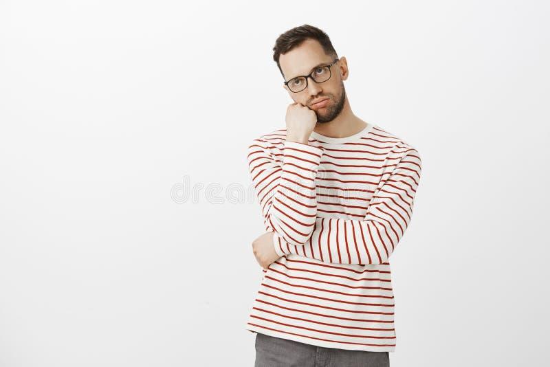 Facet nienawiść jak długo chłopak dostaje ubierający Portret zmęczony i dokuczający przystojny europejski mężczyzna w szkłach, op obraz stock