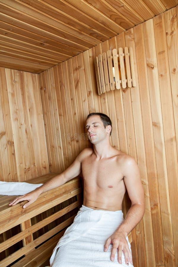 Facet odpoczywa wśrodku sauna fotografia royalty free