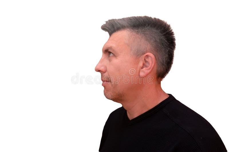 Facet patrzeje oddolnym Odosobniony profilowy portret na białym tle Emocja i gest w średnim wieku nieogolony kostrzewiasty mężczy obraz royalty free