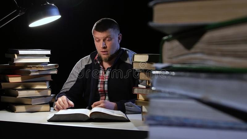 Facet przy biurkiem uśpionym i kilwaterami up nagle Czarny tło zbiory