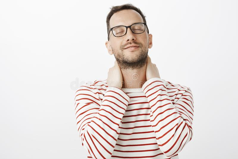 Facet przywołuje ładnego uczucie kochanek ręki Zmysłowy romantyczny europejski homoseksualisty model w szkłach zamyka oczy i prze obraz stock