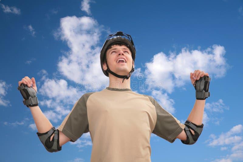 facet ręk hełmy rised sporty zdjęcia royalty free
