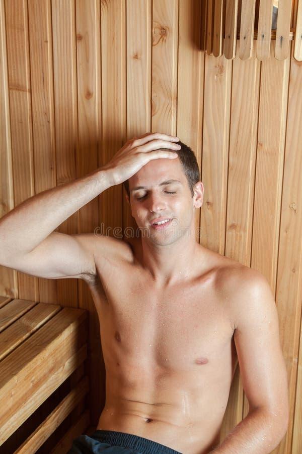 Facet relaksujący wśrodku sauna zdjęcie royalty free