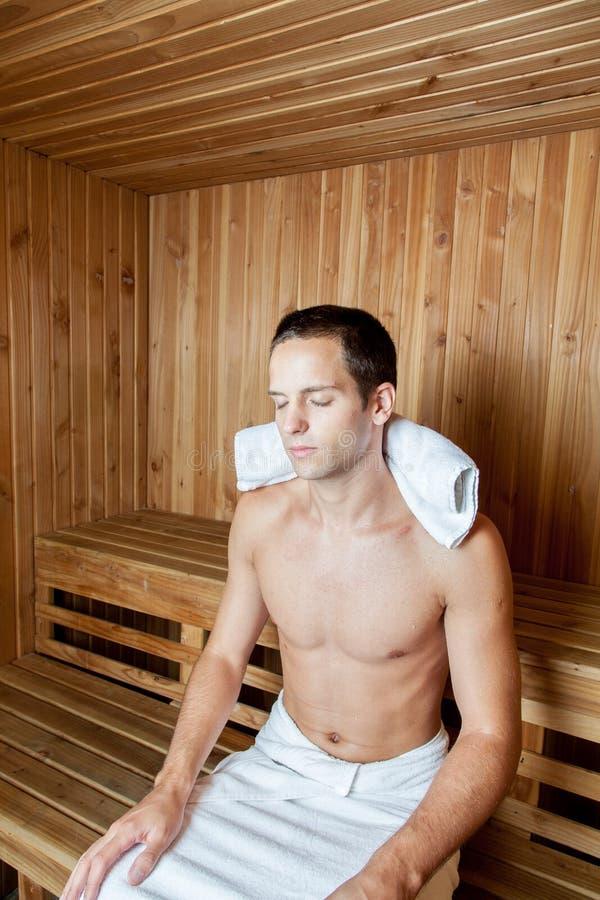 Facet relaksujący wśrodku sauna zdjęcie stock