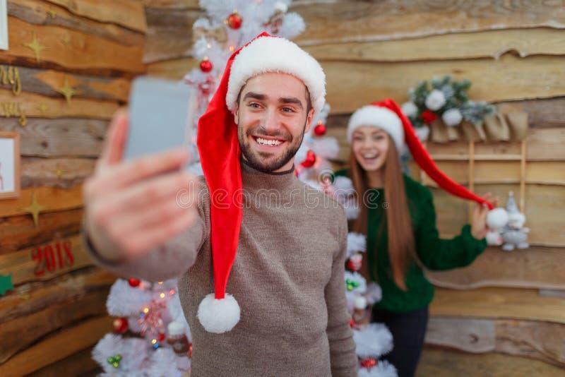 Facet robi selfie na rozmytym tle dziewczyna obok drzewa zdjęcia stock