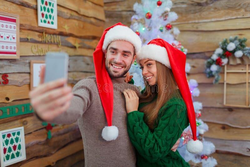Facet robi selfie z dziewczyną obok drzewa zdjęcia royalty free