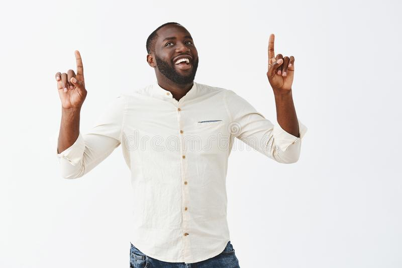 Facet robi tryumfować tana, podpisuje wielką transakcję z biznesowymi partnerts, podnoszący rękę, wskazywać up i uśmiechnięty, w  fotografia stock