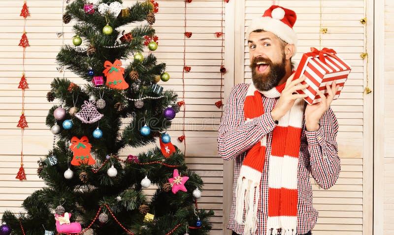 Facet stoi bezczynnie choinki Święty Mikołaj z rozochoconą twarzą fotografia stock