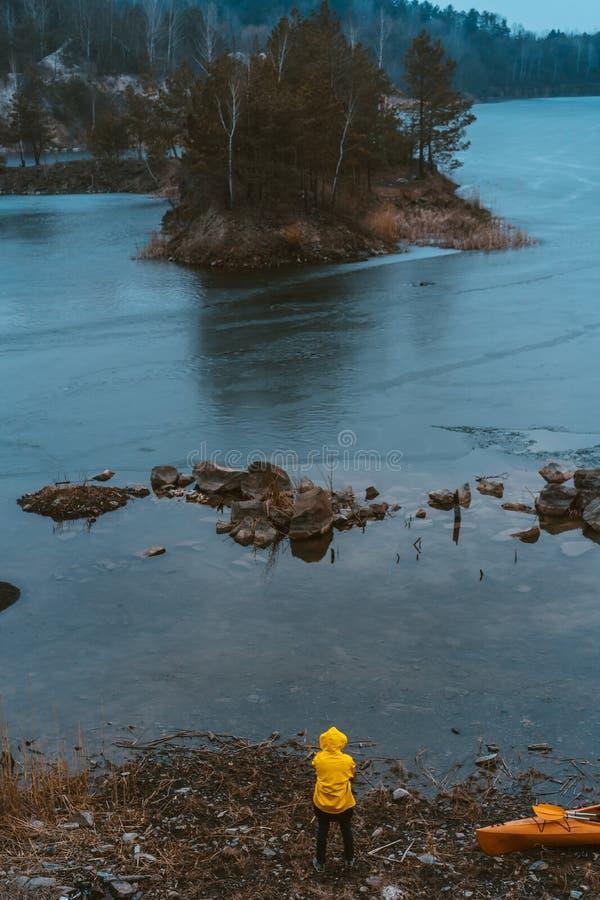 Facet stoi przy zamarzniętym jeziorem obrazy royalty free