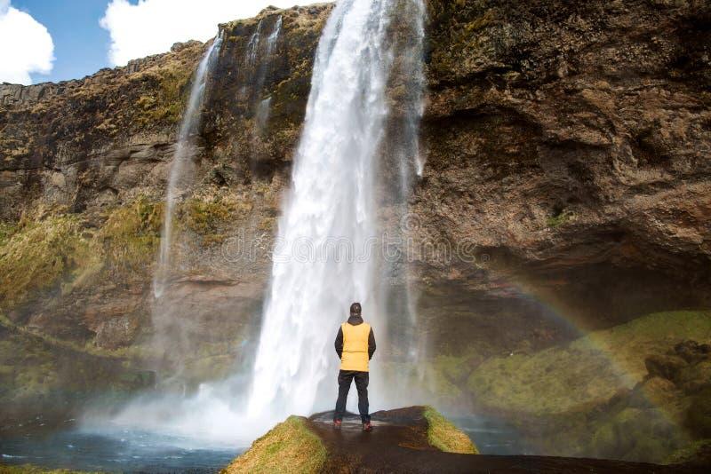 Facet turystyczna trwanie pobliska siklawa cieszy się, tylny widok zdjęcia royalty free
