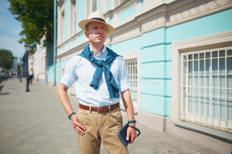 facet w kapeluszu na ulicie obraz stock
