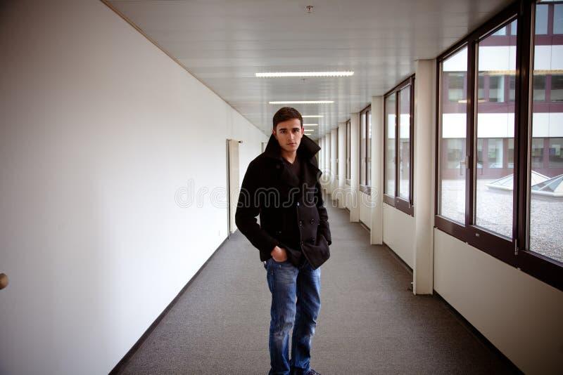 Facet w nowożytnym budynku zdjęcia royalty free