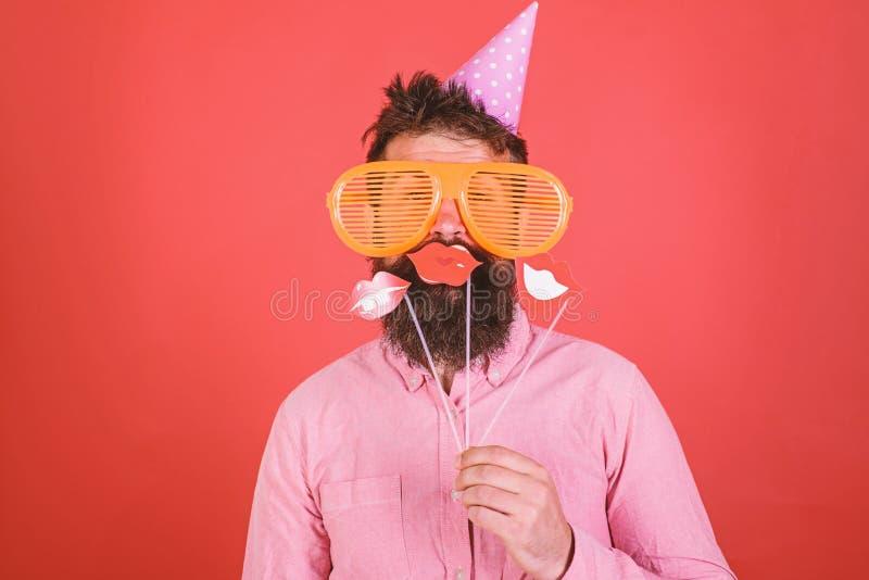 Facet w partyjnym kapeluszu świętuje, pozujący z fotografii wsparciami Modniś w gigantyczny okularów przeciwsłonecznych świętować fotografia royalty free