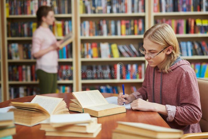 Facet w szkoły wyższa bibliotece fotografia royalty free