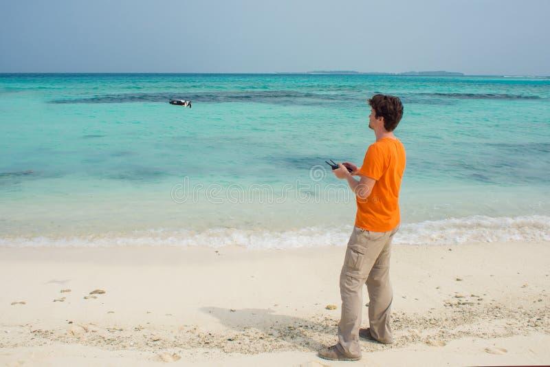 Facet wszczyna trutnia nad morza, fotografii i wideo strzelaniną na quadrocopter, zdjęcia royalty free