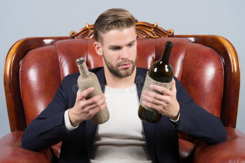 Facet wybiera wino pić, wybór zdjęcie stock