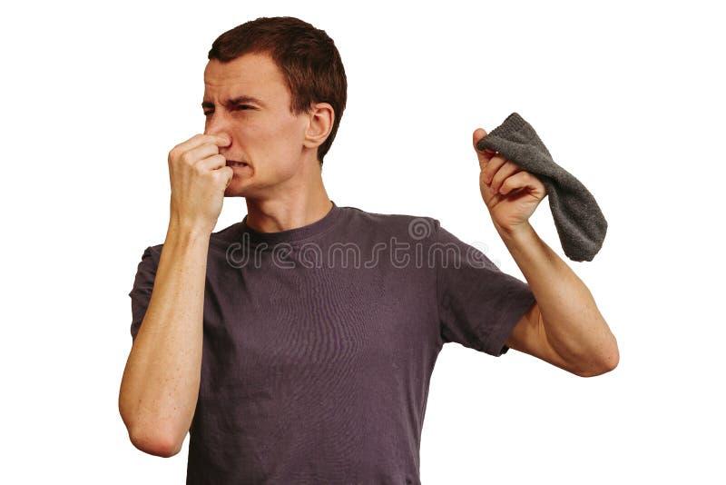 Facet z brudnymi skarpetami w jego rękach na białym tle zdjęcie royalty free