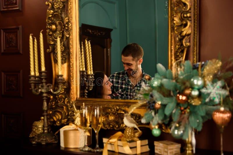 Facet z dziewczyną świętuje boże narodzenia Kochająca para cieszy się each inny na sylwesterze w domowym środowisku obrazy royalty free