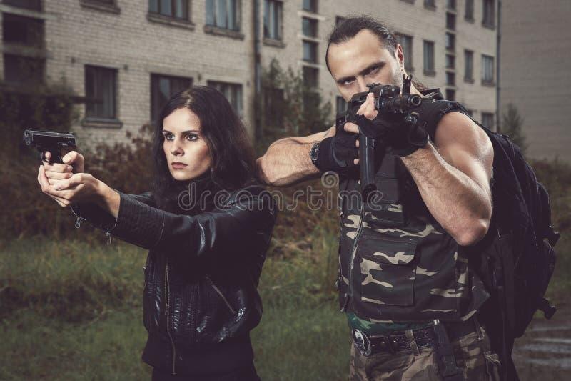 Facet z dziewczyną na polu bitwy obrazy stock