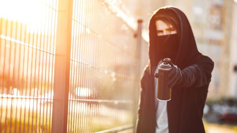 Facet z kiści puszką w ręce Graffiti rysunek sunlight zdjęcia royalty free