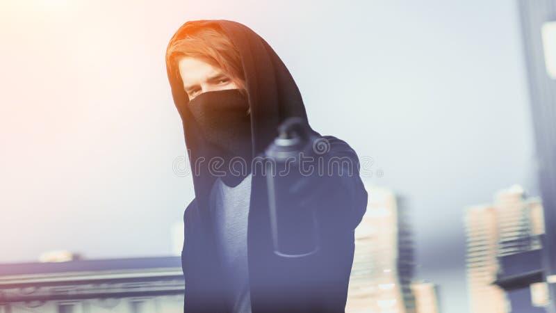 Facet z kiści puszką w ręce Graffiti rysunek sunlight fotografia stock