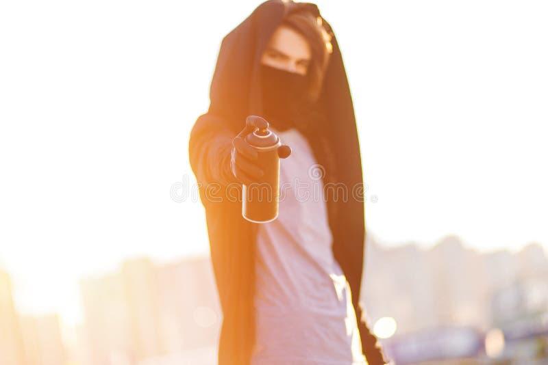 Facet z kiści puszką w ręce Graffiti rysunek sunlight obrazy stock