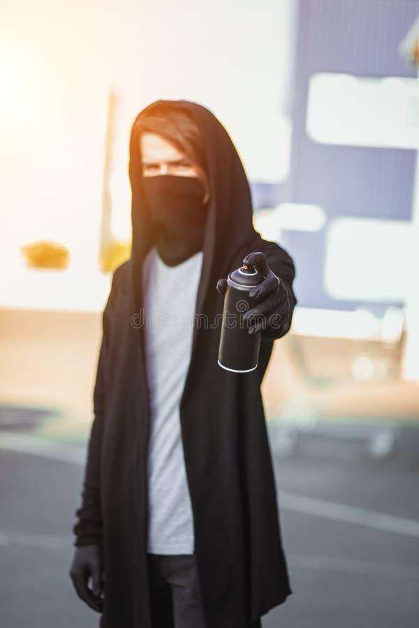 Facet z kiści puszką w ręce Graffiti rysunek sunlight obraz royalty free