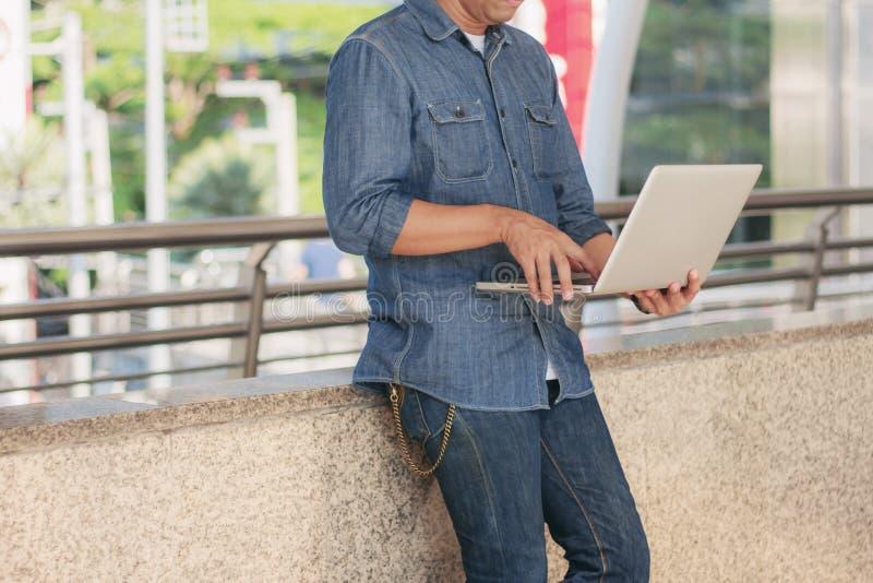facet z laptopa zdjęcie royalty free