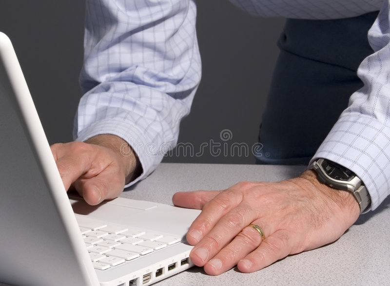 facet z laptopa obraz stock