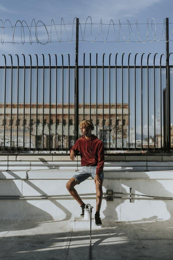 Facet z strachami w mieście zdjęcie stock