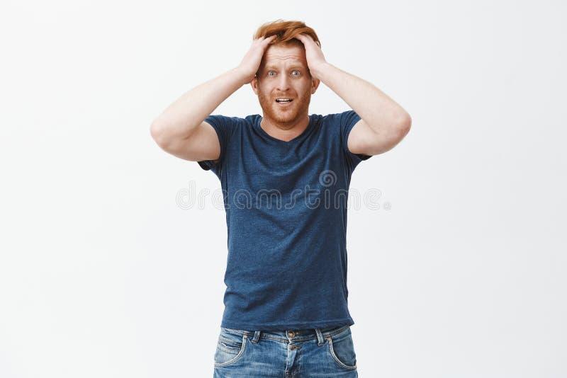 Facet zaczyna panikować brakujący czas przygotowywać papiery Nerwowy i niespokojny atrakcyjny imbirowy mężczyzna z brodą, wzrusza obraz stock