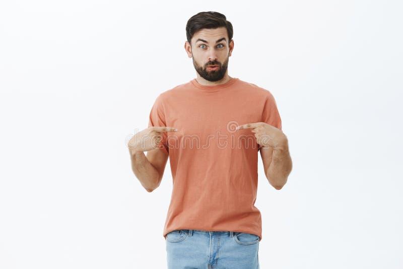 Facet zaskakiwał podnoszącego szefem na promocji Zadowolony i kwestionujący atrakcyjny męski coworker w różowym koszulki dźwigani fotografia stock