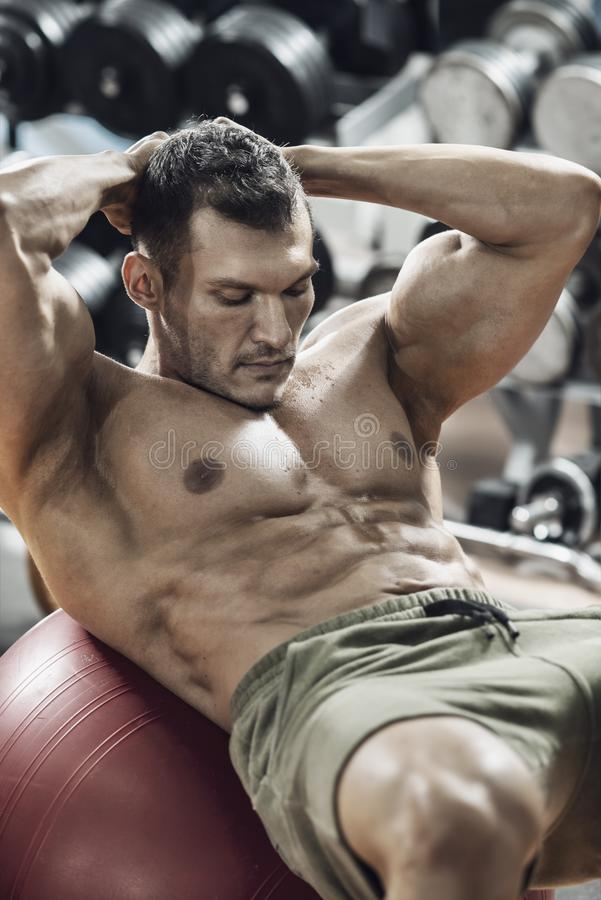 Faceta bodybuilder w gym obrazy stock