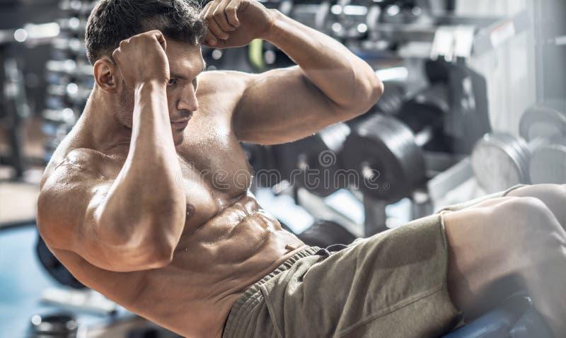 Faceta bodybuilder w gym obrazy royalty free
