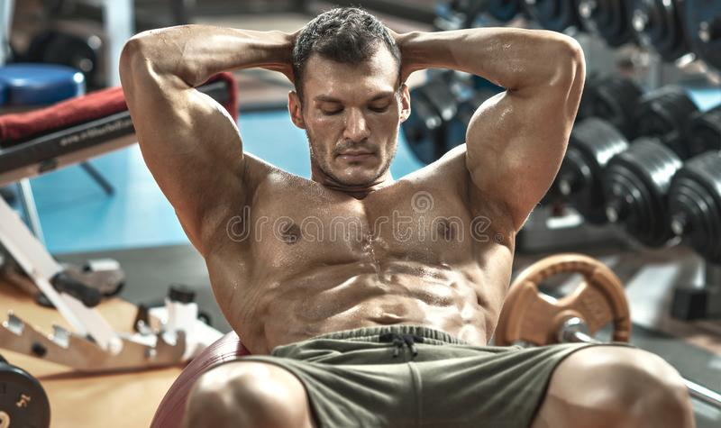 Faceta bodybuilder w gym fotografia royalty free
