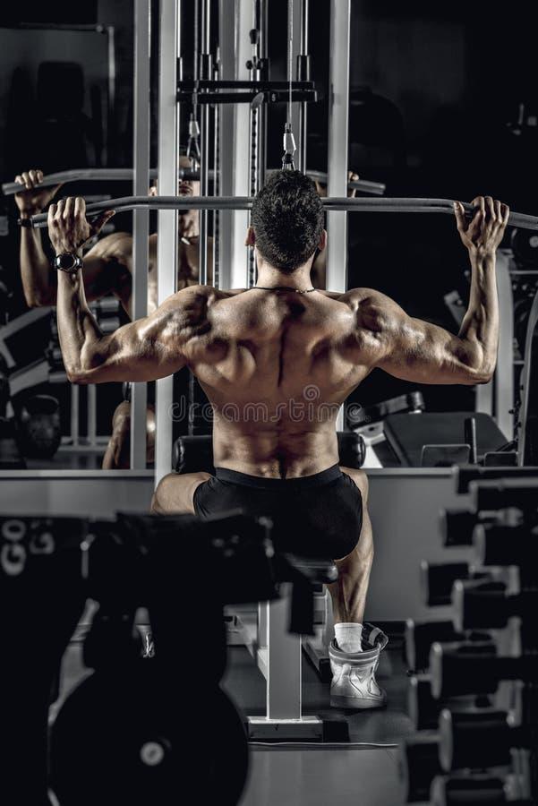 Faceta bodybuilder z ćwiczenie maszyną zdjęcie royalty free